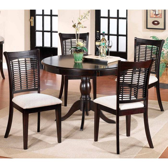 Bayberry Round Dining Table With 4 Wicker Chairs